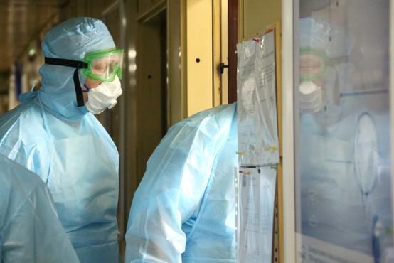 Tako zmaličen je videti obraz zdravnice, ki zdravi paciente okužene s koronavirusom