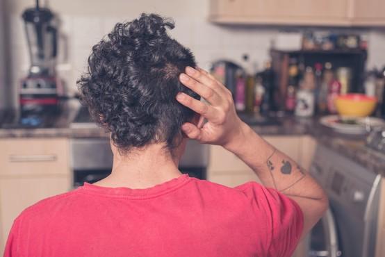 Frizerji pozivajo, naj raje še malo potrpimo s predolgimi lasmi, da ne končamo s katero od teh smešnih stvaritev