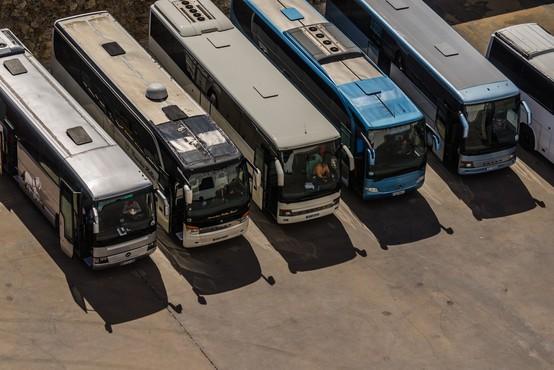 Od ponedeljka nekatere oblike javnega prevoza in registracija avtomobilov