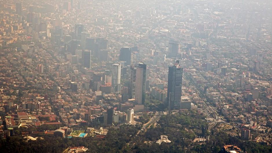 Možna je povezava med onesnaženostjo zraka in smrtnostjo zaradi covida-19 (foto: Profimedia)