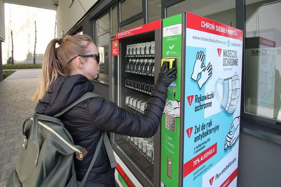 Poljakom zaščitne maske in rokavice na voljo tudi v avtomatih
