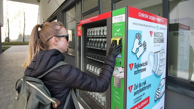 Poljakom zaščitne maske in rokavice na voljo tudi v avtomatih (foto: Profimedia)