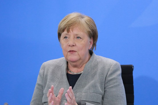 Angela Merkel ob rahljanju ukrepov izrazila zaskrbljenost