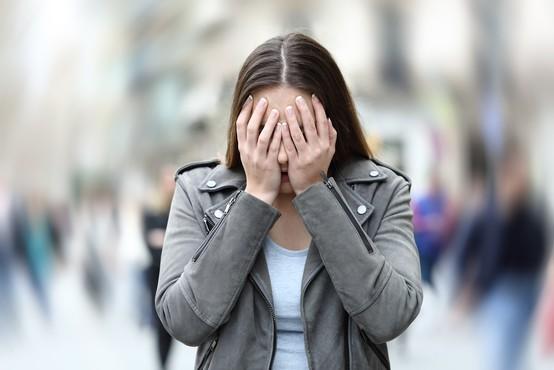 Zakaj se tako težko ubranimo dotikanja obraza (in z njim prenašanja virusov)
