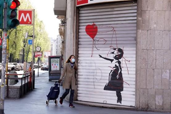 Banksyjeva podoba Dekleta s preluknjanim ušesom na stavbi v Hannovru z zaščitno masko