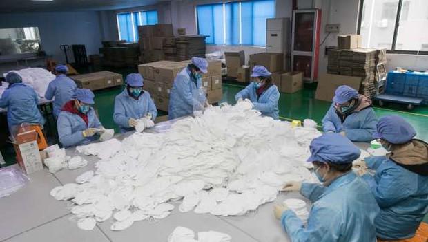 Kitajski inšpektorji so se spravili na proizvajalce zaščitne opreme in zasegli na milijone neustreznih mask (foto: STA)
