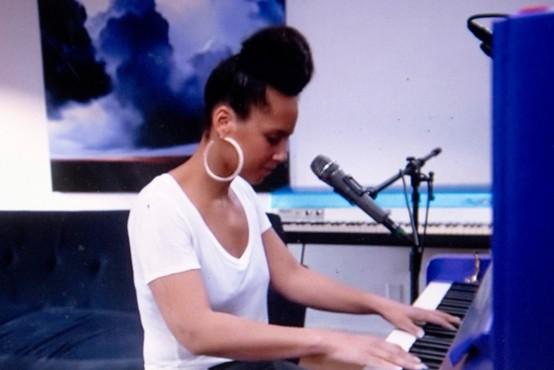 Alicia Keys posvetila pesem vsem nevidnim junakom, ki se borijo proti koronavirusu