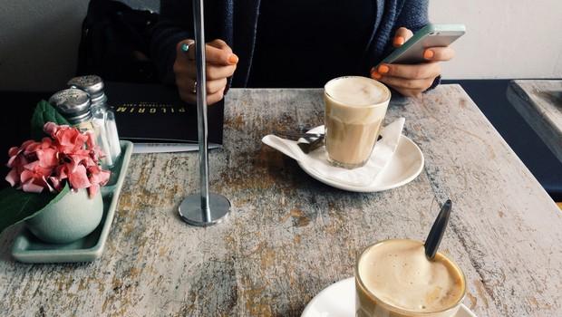 Prva stvar po odpravi karantene: od kavice s prijatelji do potovanja! (foto: unsplash.com)