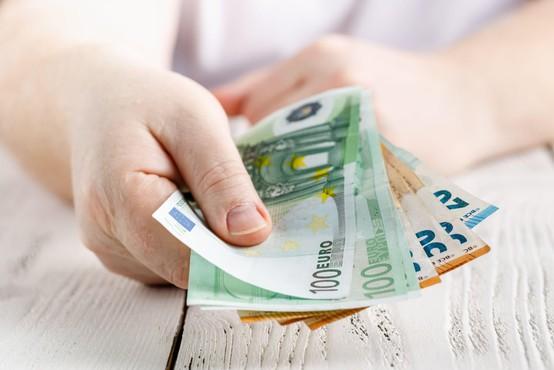 Večjega tveganja za okužbo s koronavirusom prek bankovcev ni