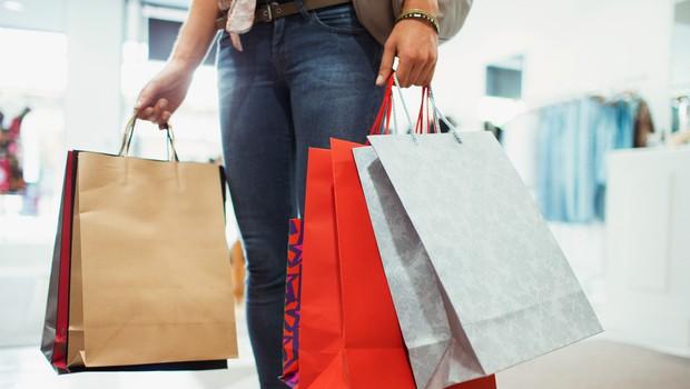 NIJZ poziva k upoštevanju higienskih ukrepov v trgovinah z oblačili in lokalih (foto: Profimedia)