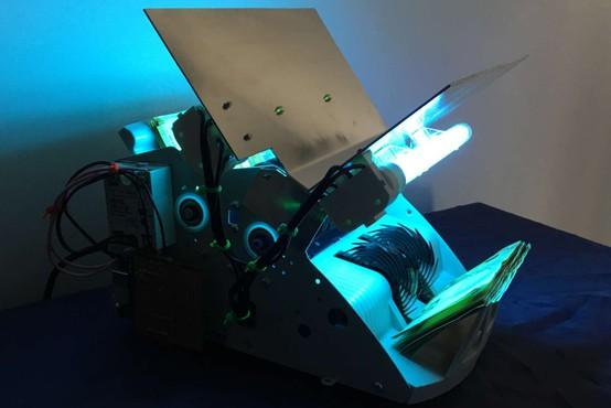 Z mlado slovensko pametjo do naprave, ki razkuži bankovce z UV-svetlobo