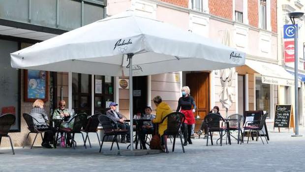 Zaprtih ostaja skoraj polovica gostinskih lokalov (foto: STA)