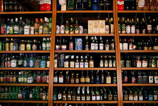 Zaradi žejnih Indijcev kaos pred trgovinami z alkoholom