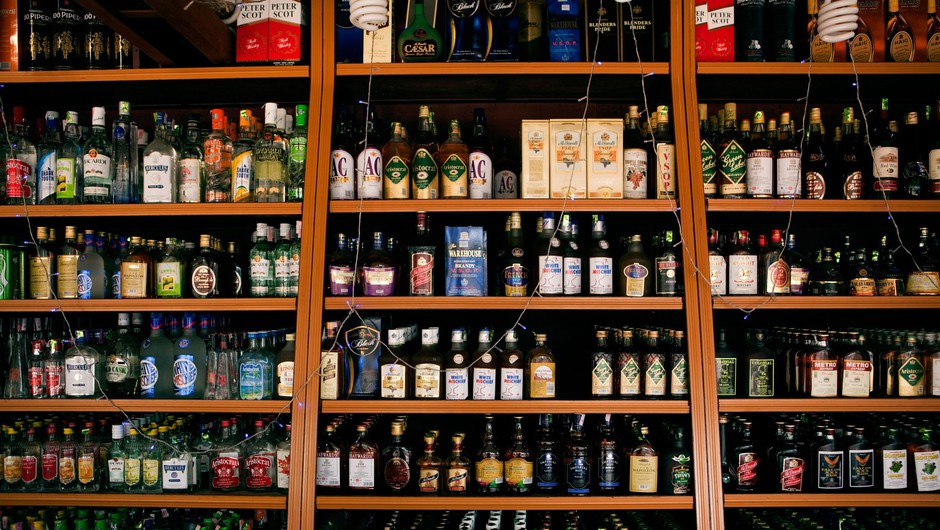 Zaradi žejnih Indijcev kaos pred trgovinami z alkoholom (foto: Profimedia)