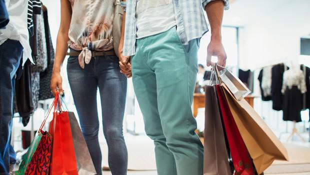 V trgovinah z neživili je obisk še precej zadržan (foto: Profimedia)