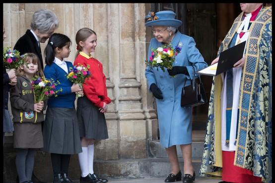 Kraljica Elizabeta II. že 60 let nosi enako torbico