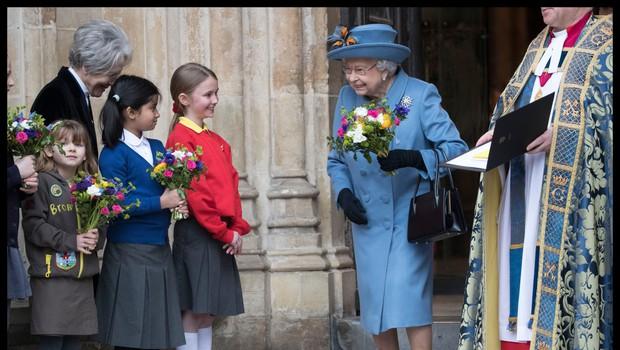 Kraljica Elizabeta II. že 60 let nosi enako torbico (foto: Profimedia)