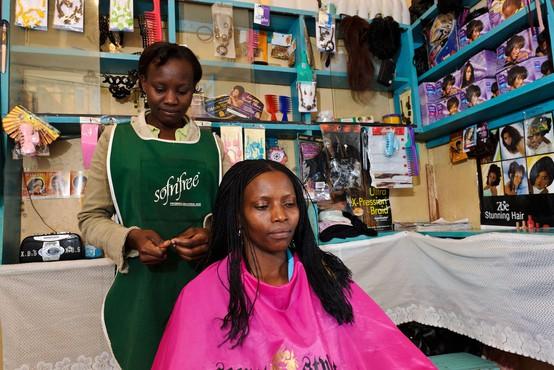 """V Keniji so si frizerji izmislili """"koronavirusno"""" pričesko"""