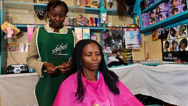 """V Keniji so si frizerji izmislili """"koronavirusno"""" pričesko (foto: Profimedia)"""