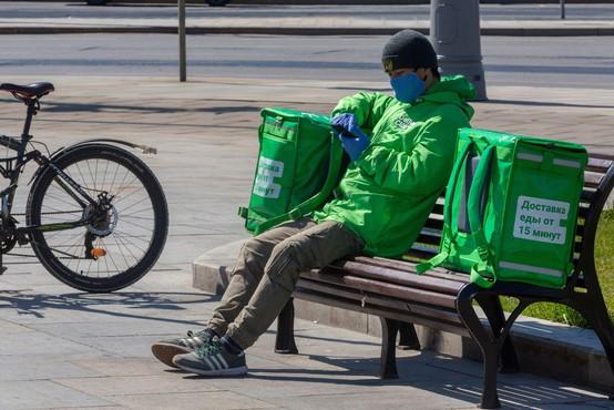 V Rusiji šesti dan zapored več kot 10.000 okuženih, Italijane skrbijo polni parki