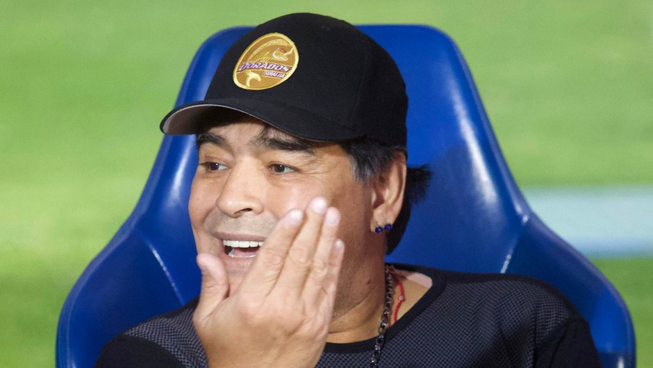 Maradona s podpisom majice priskrbel 100 kg hrane in nekaj mask za revne (foto: profimedia)