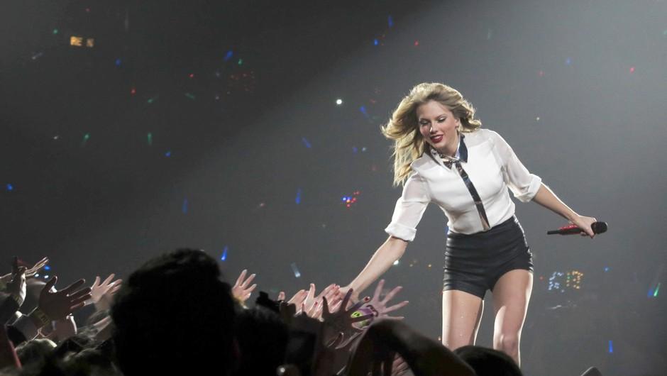 Taylor Swift se je po odpovedi turneje zaradi epidemije odločila za prenos nastopa iz Pariza (foto: profimedia)