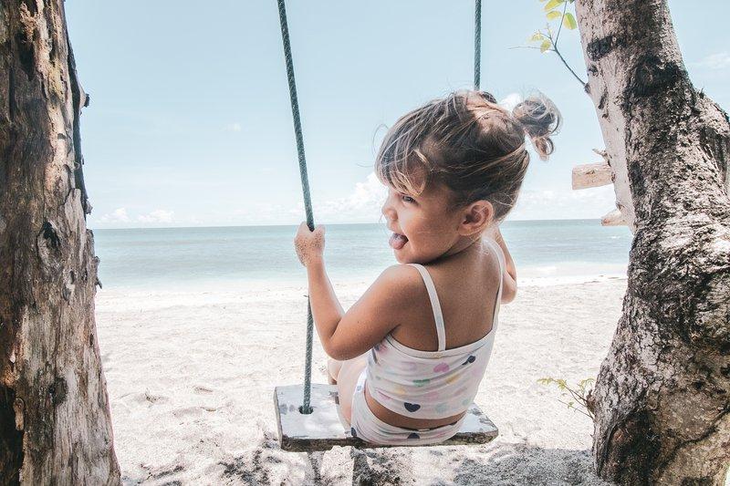 Hčerka Amaia na prazni plaži