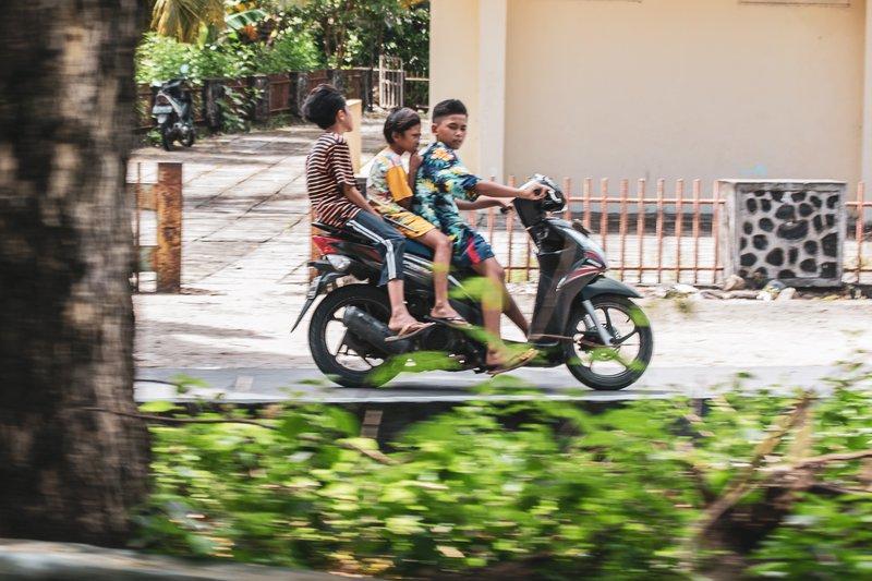 Brezskrbni otroci na motorju