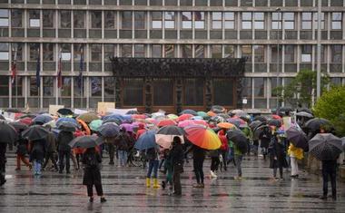 """""""Narave ne damo,"""" vzklikalo nekaj sto protestnikov pred parlamentom"""