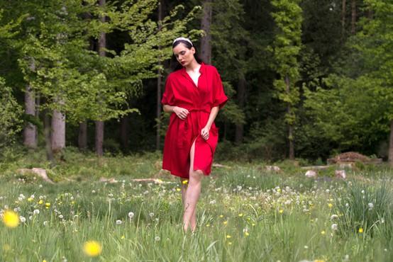 Janja Videc: slovenska oblikovalka, ki je kolekcijo med krizo predstavila kar v gozdu