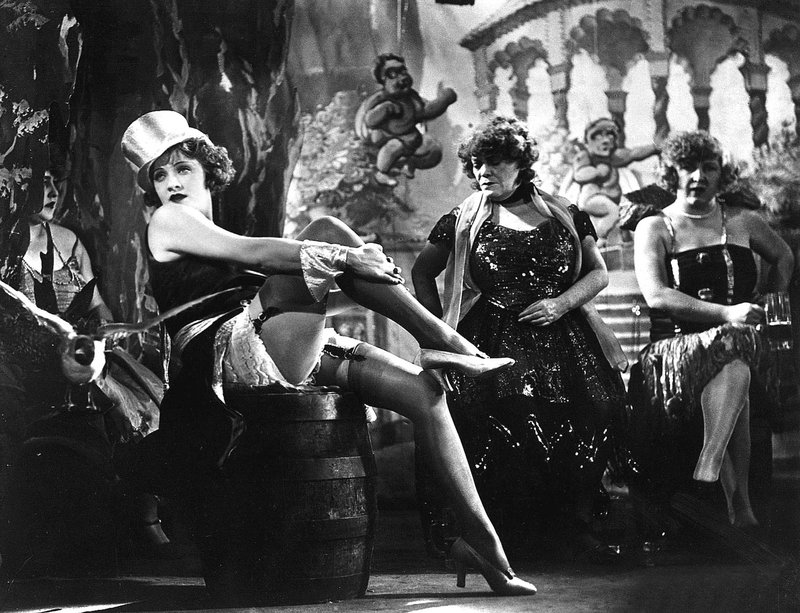 Marlene Dietrich je v filmu Plavi angel jemala dih v najlonkah.