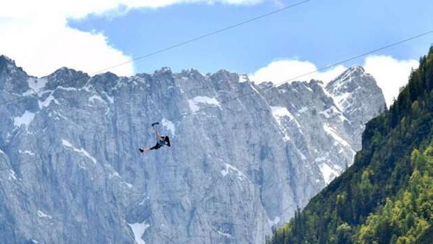 V Črni na Koroškem napeljujejo najdaljši adrenalinski spust v Sloveniji (foto: Tamino Petelinšek/STA)