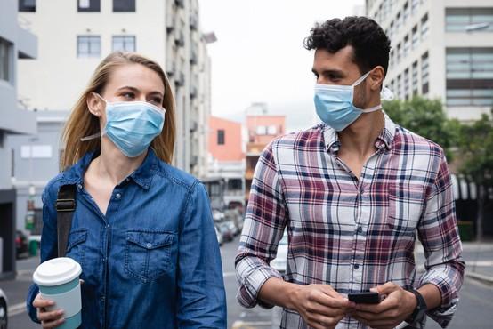 Koronavirus se zelo dobro prenaša med govorjenjem