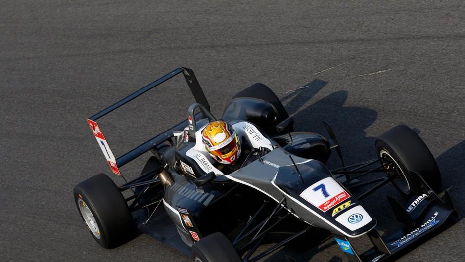 Dirkač F1 Charles Leclerc je zaradi tekme na spletu pustil dekle slabe pol ure pred vrati (foto: profimedia)