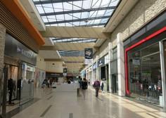 V večjih nakupovalnih središčih že dopoldan precejšen obisk