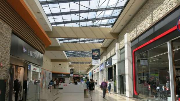 V večjih nakupovalnih središčih že dopoldan precejšen obisk (foto: Tinkara Zupan/STA)