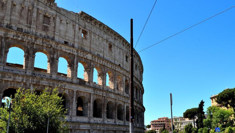 V Italiji ponovno odprti bari, frizerji in cerkve (foto: Profimedia)