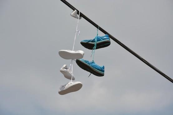 Hvar: Nenavadna razstava čevljev, ki jih je naplavilo morje