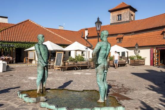 V BiH razburja fontana v obliki zemljevida države, v katero urinirajo kipi