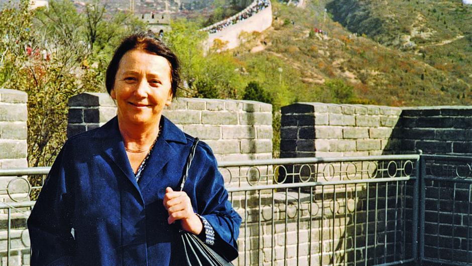 Aleksandra Kornhauser Frazer pred vhodom na Kitajski zid. (foto: arhiv založbe Modrijan)