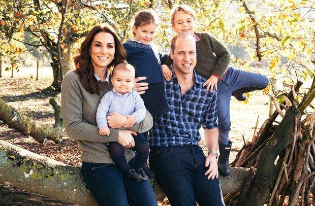 👉 Kate je namreč v nedavnem intervjuju iskreno priznala, da je trenutni Covid čas tudi za njeno družino precej težak, hkrati pa je razkrila, da je prav William tista oseba, ki ji je trenutno najbolj v oporo!  Vojvodinja je še čustveno dejala, da si trenutnih razmer ne predstavlja ...