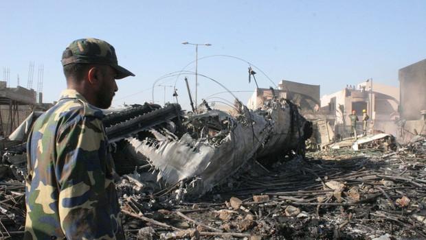 Potniško letalo s 107 ljudmi na krovu  strmoglavilo na stanovanjsko naselje v Karačiju (foto: profimedia)