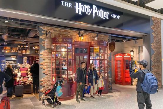 Knjiga o Harryju Potterju, ki jo je učiteljica rešil iz zabojnika za smeti, dosegla vrtoglavo ceno
