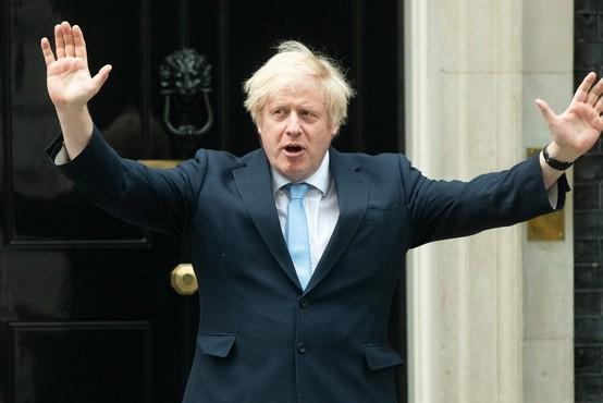 Tvit britanske vlade z merami za socialno distanco postal predmet posmeha