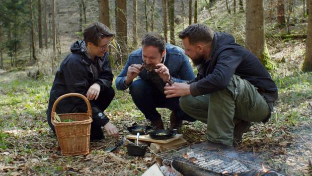 Dr. Katja Rebolj, Dennis Prescott in Bine Volčič v slovenskih gozdovih. Na jedilniku je bil polh s polento in divjimi rastlinami, nabranimi v gozdu. (foto: Netflix)