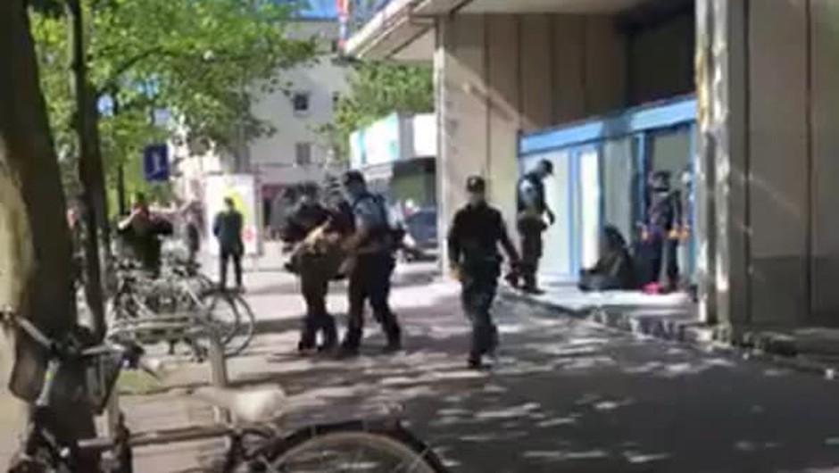 90 minut miroljubno sedeli v znak protesta, pa so jih odnesli v marico (foto: Balkan River Defence Facebook)