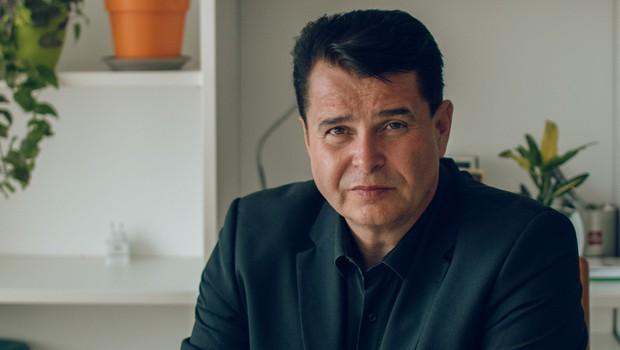 Dr. Samo Javornik (z romanom) v slovensko zakulisje pohlepa (foto: Samo Javornik Press)