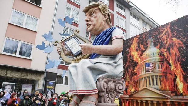 Twitter v objavi Trumpa dodal opozorilo o neresnicah in povezavo do dejstev (foto: profimedia)