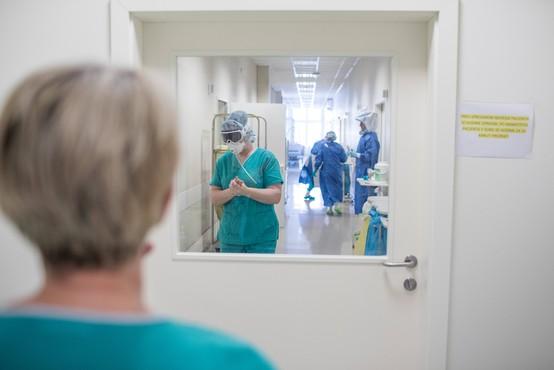 Pri zaposlenem na infekcijski kliniki potrdili okužbo s koronavirusom