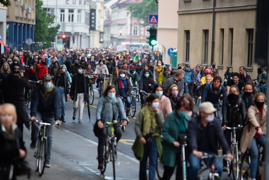 V Ljubljani je množica kolesarjev spet zasedla ulice in zahtevala odstop vlade